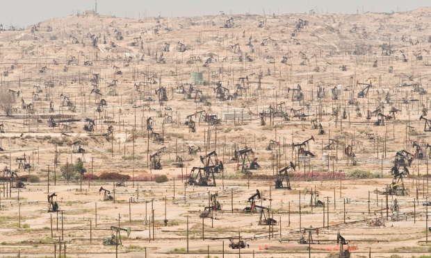 Depleting oil fields are yet another symptom of ecological overshoot as seen at the Kern River Oil Field in California | Campos de Petróleo en California